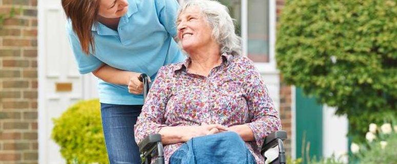 Pflegerin-mit-aeltere-person